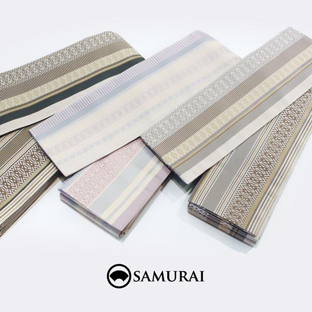 .カジュアルからフォーマルまで締められる、きものをワンランク上に持ち上げる男の帯。SAMURAIのメインプロダクトを担う、「はかた匠工芸」の博多献上柄の角帯です。.初めてきものを着る方でも、とても締めやすく「この帯だと、上手く結べるんですよね…なぜだろう(笑)」とご購入いただいたお客様に感想をいただくこともよくございます。.どんな色のきものにも合わせやすい、ブラウン系の帯。男性が締めるところに意外な良さがある、ピンク系の帯。あなたのお好みに合いそうですか?.「角帯/博多献上」¥65,000(税別)COLOR:ブラウン/ピンク/ライトブラウン素材:絹100%#samurai #角帯 #博多献上 #博多帯 #はかた匠工芸 #男帯 #着物 #男着物 #きもの #夏きもの #着物男子 #浴衣