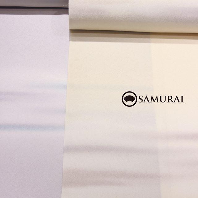 秋も深まり、銀座界隈も木の葉が染まってきました。男きもの専門店SAMURAIは、ただいま染め物商品が店内を美しく染めております。こちらは一見、女性もののような反物。でも、こちらも男性用の反物です。京都・丹後で織られた御召の白生地に、はんなりとぼかし染めをしました。染め物はコーディネートが難しそう?ダークスーツに馴染みのある男性には、ちょっと冒険的ですか?実はそれほどでもないのです。男性の肌色が美しく映えて、かっこよく決まります。そんなコーディネートのご紹介は次回。 [丹後御召/ぼかし後染め]¥250,000(税別)COLOR:ラベンダー/クリーム素材:絹100%※こちらの反物で羽織のお仕立ても可能です。#samurai #男着物 #kimono #着物 #男きもの #丹後御召 #銀座 #ginza #着物男子 #男着物 #着物男子 #ぼかし染め