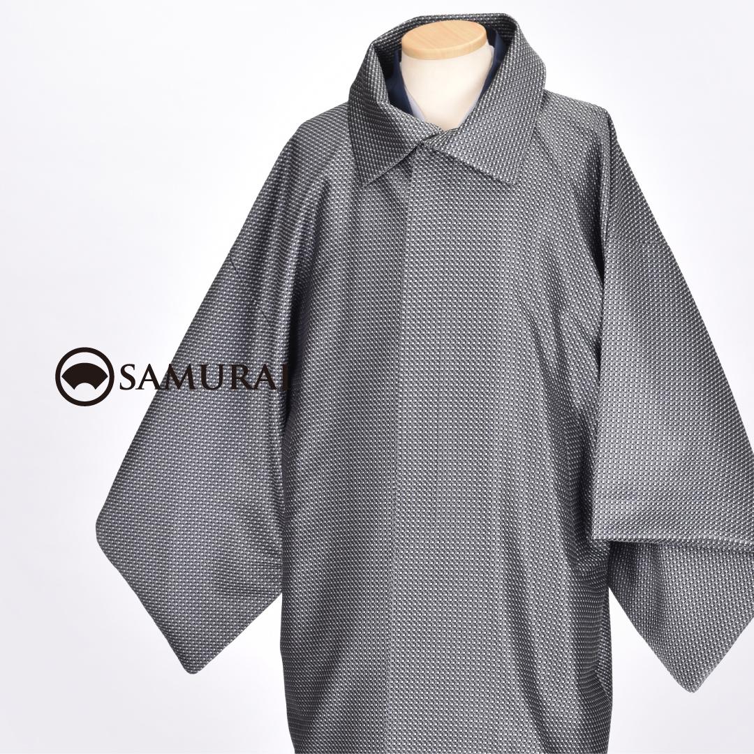.羽織やマフラーだけではちょっと寒いかな…と感じたら、軽くて暖かな米沢織の『きものコート』はいかがですか。男きものにはもちろんですが、洋服にも似合うんです。.シルク混なので、シルクの上質感と化繊の丈夫さが寒い季節のアウターとして重宝します。.例年人気のSAMURAIのコートですが、今年は米沢の職人さんたちと考えて、使い勝手や着心地にこだわりオリジナルコートができました。.写真のノーマル衿は、衿が大きめのデザインで小顔効果もありますよ。.色やサイズもさまざま、価格帯も使い勝手にあわせて3種類ありますのでぜひお店へチェックしにいらしてください。.「角袖コート/ 米沢織マスドット」¥75,000(税別)COLOR:シルバー(写真)、ブルー、ブラック素材:表地 絹40% ポリエステル60%/ 裏地 ポリエステル100%#samurai #コート #coat #着物コート #和装コート #米沢織 #男着物 #男きもの