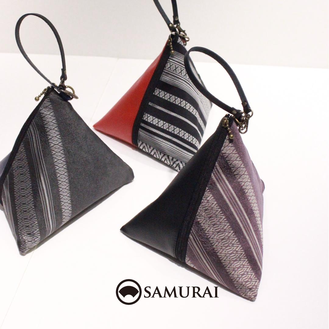 .博多織の帯地をつかい、持ちやすいテトラ型のSAMURAIオリジナルバッグができあがりました。.大きすぎず、小さすぎず、小物も意外にいろいろ入りますよ。博多献上の角帯とコーディネートしてみたり、本牛革と絹の異素材mixもお楽しみください。.「博多織テトラバッグ」¥12,000(税別)COLOR:紺×グレー/赤×黒/黒×紫(左から)#samurai #着物バッグ #博多織 #博多献上 #和装バッグ #男きもの #男着物 #kimonobag #kabukiza #ginza