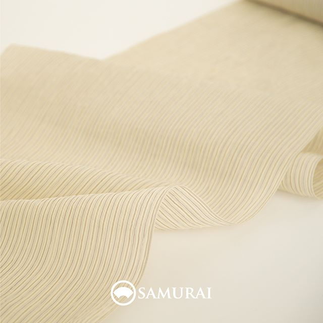 .SAMURAIの夏物シリーズ『風魔』涼しげに風をはらんで颯爽と街をゆく。ゆかたより涼しい、男の夏きもの。.反物は小地谷縮を中心に全国の夏物を得意とする産地から、肌触りの爽やかな絹織物や麻織物を直接仕入れております。涼感のある帯や薄羽織、履き物、小物までまでそろう、目にも肌にも涼しいSAMURAIの夏物シリーズです。.今年は早くも、春から秋までロングシーズン楽しめる反物が勢ぞろいしました。お仕立てに40日ほどかかりますので、桜を愛でていると、太陽の季節はすぐそこですよ。ゆかたよりも幅広いシチュエーションに来て行ける、さらっと涼しい『風魔』はいかがでしょうか。.「風魔ーFUMAー(夏きもの)」 ¥80,000(税別)〜 商品内容:夏きもの+仕立て代.#samurai #夏着物 #小千谷縮 #浴衣 #ゆかた #男きもの #男着物 #着物男子 #きもの男子 #夏帯 #薄羽織 #夏草履 #歌舞伎座 #ginza