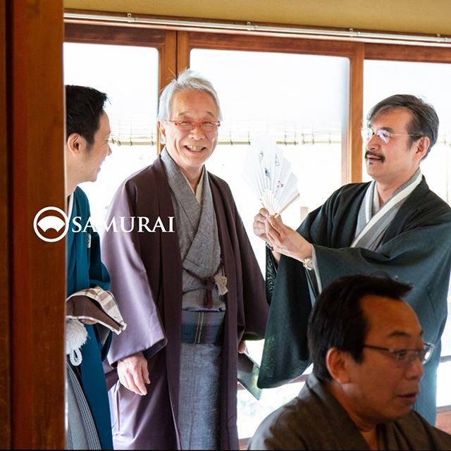 .SAMURAIを着る人。.SAMURAIの男きものを楽しんでくださっている方たちをご紹介します。.男性がしめる角帯は、大人の変身ベルト。ふだん洋服の自分にはちょっと休憩いただいて、ヒーロースーツの代わりにきものを着れば、いくつになっても少年のような笑顔が自然とこぼれる気がします。.----------------------当店メンバー様限定のサムライ会・5周年特別編の様子より。年代や職業を超えて、男きものを楽しむ会として開催してきたサムライ会もおかげさまで5年がたち、30回目。.春のひとときを皆さまと、楽しく、心豊かな時間を過ごさせていただきました。.#男きもの専門店SAMURAI #サムライ会 #男着物 #男きもの #着物男子 #きもの男子 #samurai #男和服 #menskimono #asakusa #浅草 #saryouichimatsu #geisha #銀座 #歌舞伎座