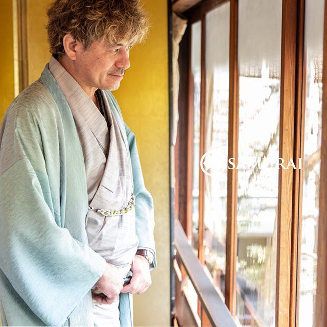 .SAMURAIを着る人。.SAMURAIの男きものを楽しんでくださっている方たちをご紹介します。男はかっこいい。そんな言葉が浮かんできます。.当店メンバー様限定のサムライ会・5周年特別編の様子を撮影しました。年代や職業を超えて、男きものを楽しむ会として開催してきたサムライ会もおかげさまで5年目、30回目を迎えました。.この春は、5周年特別編。いつもの銀座を飛び出して、浅草の旦那衆に愛された老舗料亭、茶寮 一松のお座敷でお祝いの宴をしました。メンバー様やご家族、産地からお越しくださった生産者の方々。皆さまと、楽しく、心豊かな時間を過ごさせていただきました。.#男きもの専門店SAMURAI #サムライ会 #男着物 #男きもの #着物男子 #きもの男子 #samurai #男和服 #menskimono #asakusa #浅草 #saryouichimatsu #geisha #銀座 #歌舞伎座