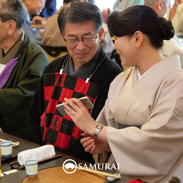 .SAMURAIを着る人。.SAMURAIの男きものを楽しんでくださっている方たちをご紹介しています。ご夫婦できもの。私どもから見ていても、笑みがこぼれる素敵なお二人でした。.----------------------当店メンバー様限定のサムライ会・5周年特別編の様子より。年代や職業を超えて、男きものを楽しむ会として開催してきたサムライ会もおかげさまで5年がたち、30回目。.春のひとときを皆さまと、楽しく、心豊かな時間を過ごさせていただきました。.#男きもの専門店SAMURAI #サムライ会 #男着物 #男きもの #着物男子 #きもの男子 #samurai #男和服 #menskimono #asakusa #浅草 #saryouichimatsu #geisha #銀座 #歌舞伎座