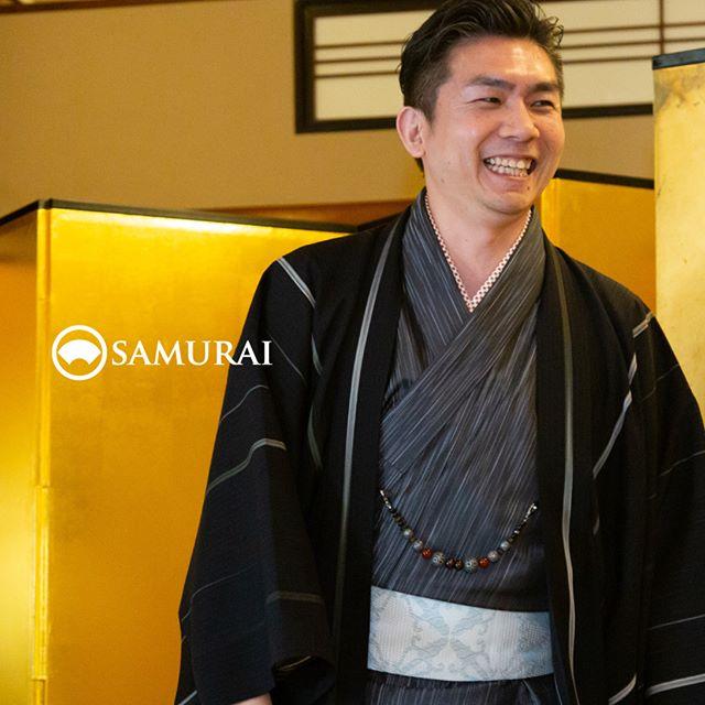 .SAMURAIを着る人。.SAMURAIの男きものを楽しんでくださっている方たちをご紹介しています。奥さまに笑いかけた表情が、とても自然で素敵な旦那さまです。.----------------------当店メンバー様限定のサムライ会・5周年特別編の様子より。年代や職業を超えて、男きものを楽しむ会として開催してきたサムライ会もおかげさまで5年がたち、30回目。.春のひとときを皆さまと、楽しく、心豊かな時間を過ごさせていただきました。.#男きもの専門店SAMURAI #サムライ会 #男着物 #男きもの #着物男子 #きもの男子 #samurai #男和服 #menskimono #asakusa #浅草 #saryouichimatsu #geisha #銀座 #歌舞伎座