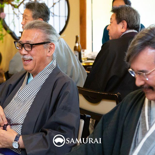 .SAMURAIを着る人。.SAMURAIの男きものを楽しんでくださっている方たちをご紹介しています。晴天の日、浅草の老舗料亭でお祝いの宴でしたので、遊び心のあるきものでお越しの方が沢山いらっしゃいました。大きな白い変わり縞のきもの。グレイヘアにギンガムチェックのきもの。大人のお洒落って、とても素敵で楽しそう。.----------------------当店メンバー様限定のサムライ会・5周年特別編の様子より。年代や職業を超えて、男きものを楽しむ会として開催してきたサムライ会もおかげさまで5年がたち、30回目。.春のひとときを皆さまと、楽しく、心豊かな時間を過ごさせていただきました。.#男きもの専門店SAMURAI #サムライ会 #男着物 #男きもの #着物男子 #きもの男子 #samurai #男和服 #menskimono #asakusa #浅草 #saryouichimatsu #geisha #銀座 #歌舞伎座