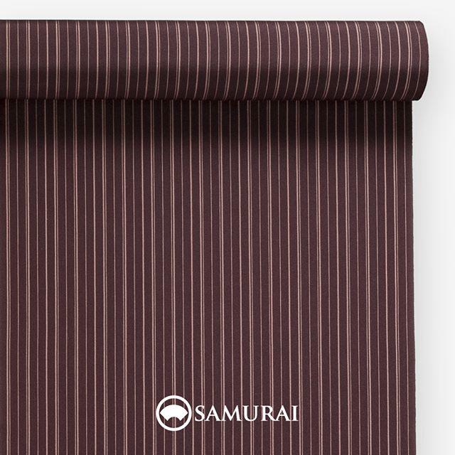 """.葡萄色の縞.SAMURAIの人気アイテム『刀-KATANA-』は、日本の伝統色に糸を染め、30種に織られた反物から好みを選べる男きものセットです。その中から、葡萄色の反物(縞柄)をご紹介します。.葡萄色(えびいろ)""""ぶどういろ""""と書くのに、えびいろ?文字間違い?と思いますよね。ヤマブドウを古くは""""えびかずら""""と呼んだのだそうで、熟したヤマブドウのような色をえびいろと呼びます。平安貴族の頃から雅な歴史を持つ赤紫系の色を、すっきりと合わせやすい縞柄にしました。.---------------------『刀-KATANA-』.日本和装グループの博多織メーカーである、はかた匠工芸が独自開発した「御召 おめし」です。御召は、江戸幕府第11代将軍・徳川家斉が好んで着用した(召した)ところに由来すると言われており、色柄の組み合わせによって、洒落着から略礼装まで幅広いシーンでお召しいただける絹織物です。名前の成り立ちからして、将軍や武士に愛用されたからこそなのですね。.生地はオリジナルの壁縮緬。職人たちが数百通りもの経糸×緯糸の組み合わせを吟味し、ほどよい絹の艶とハリのある、上質な質感を生み出しました。体に合わせてもごわつかず、見る人にもきちんと整った印象を与えます。無地や柄、豊富な反物から好みを選べば、正絹の男きもの一式が、とてもお手頃にオーダーメイドでそろうセット商品です。.「刀-KATANA-」¥185,000(税別)セット内容:きもの+羽織+帯+長襦袢+胴裏+仕立て代※羽織紐は別売りになります。---------------------#samurai #御召 #katana #刀 #男着物 #男きもの #menskimono #着物男子 #きもの男子 #銀座 #東銀座 #歌舞伎 #歌舞伎座 #着物屋 #呉服屋 #呉服店 #男着物専門店 #男きもの専門店 #男きもの着付け教室 #男きもの専門店samurai"""