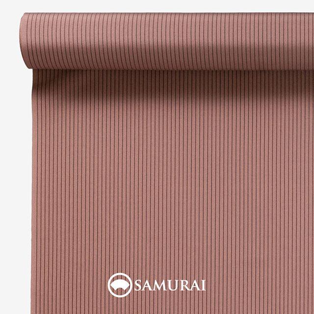 .春は曙色に縞す?.SAMURAIの人気アイテム『刀-KATANA-』は、日本の伝統色に糸を染め、30種に織られた反物から好みを選べる男きものセットです。その中から、曙色の反物(縞)をご紹介します。.曙色(あけぼのいろ)太陽が上がりはじめた朝焼けの色。新しい1日への期待や成長を願う、福々しい色です。男性の肌色に馴染むよう、明るさと落ち着きが同居するような、絶妙な色合いの縞柄に仕上げました。.---------------------『刀-KATANA-』.日本和装グループの博多織メーカーである、はかた匠工芸が独自開発した「御召 おめし」です。御召は、江戸幕府第11代将軍・徳川家斉が好んで着用した(召した)ところに由来すると言われており、色柄の組み合わせによって、洒落着から略礼装まで幅広いシーンでお召しいただける絹織物です。名前の成り立ちからして、将軍や武士に愛用されたからこそなのですね。.生地はオリジナルの壁縮緬。職人たちが数百通りもの経糸×緯糸の組み合わせを吟味し、ほどよい絹の艶とハリのある、上質な質感を生み出しました。体に合わせてもごわつかず、見る人にもきちんと整った印象を与えます。無地や柄、豊富な反物から好みを選べば、正絹の男きもの一式が、とてもお手頃にオーダーメイドでそろうセット商品です。.「刀-KATANA-」¥185,000(税別)セット内容:きもの+羽織+帯+長襦袢+胴裏+仕立て代※羽織紐は別売りになります。---------------------#samurai #御召 #katana #刀 #男着物 #男きもの #menskimono #着物男子 #きもの男子 #銀座 #東銀座 #歌舞伎 #歌舞伎座 #着物屋 #呉服屋 #呉服店 #男着物専門店 #男きもの専門店 #男きもの着付け教室 #男きもの専門店samurai