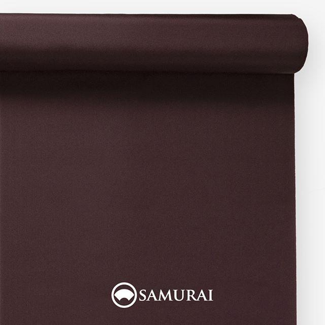 """.葡萄色.SAMURAIの人気アイテム『刀-KATANA-』は、日本の伝統色に糸を染め、30種に織られた反物から好みを選べる男きものセットです。その中から、葡萄色の反物(無地)をご紹介します。.葡萄色(えびいろ)""""ぶどういろ""""と書くのに、えびいろ?文字間違い?と思いますよね。ヤマブドウを古くは""""えびかずら""""と呼んだのだそうで、熟したヤマブドウのような色。平安貴族も束帯や十二単に使ったり、雅な歴史を持つ赤紫系の色です。.---------------------『刀-KATANA-』.日本和装グループの博多織メーカーである、はかた匠工芸が独自開発した「御召 おめし」です。御召は、江戸幕府第11代将軍・徳川家斉が好んで着用した(召した)ところに由来すると言われており、色柄の組み合わせによって、洒落着から略礼装まで幅広いシーンでお召しいただける絹織物です。名前の成り立ちからして、将軍や武士に愛用されたからこそなのですね。.生地はオリジナルの壁縮緬。職人たちが数百通りもの経糸×緯糸の組み合わせを吟味し、ほどよい絹の艶とハリのある、上質な質感を生み出しました。体に合わせてもごわつかず、見る人にもきちんと整った印象を与えます。無地や柄、豊富な反物から好みを選べば、正絹の男きもの一式が、とてもお手頃にオーダーメイドでそろうセット商品です。.「刀-KATANA-」¥185,000(税別)セット内容:きもの+羽織+帯+長襦袢+胴裏+仕立て代※羽織紐は別売りになります。---------------------#samurai #御召 #katana #刀 #男着物 #男きもの #menskimono #着物男子 #きもの男子 #銀座 #東銀座 #歌舞伎 #歌舞伎座 #着物屋 #呉服屋 #呉服店 #男着物専門店 #男きもの専門店 #男きもの着付け教室 #男きもの専門店samurai"""