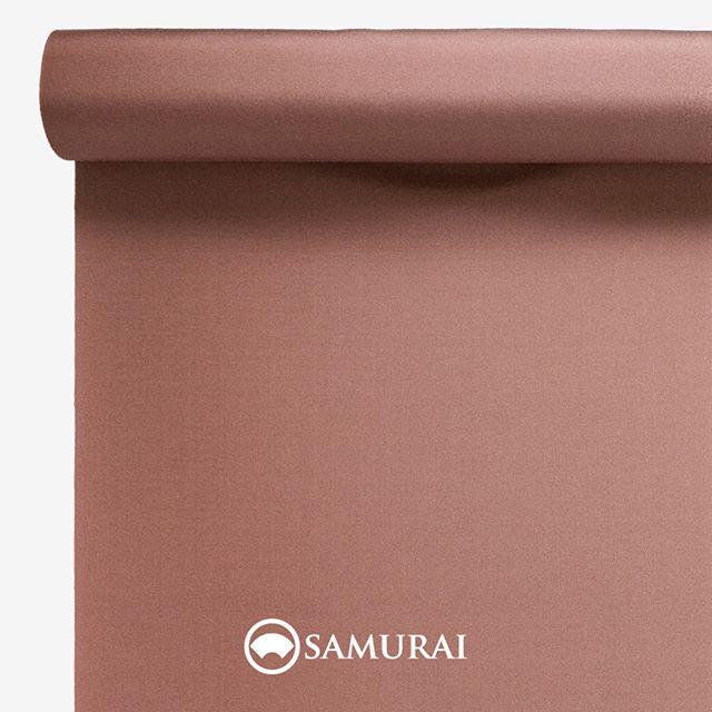 .春は曙色?.SAMURAIの人気アイテム『刀-KATANA-』は、日本の伝統色に糸を染め、30種に織られた反物から好みを選べる男きものセットです。その中から、曙色の反物(無地)をご紹介します。.曙色(あけぼのいろ)太陽が上がりはじめた朝焼けの色。新しい1日への期待や成長を願う、福々しい色です。男性の肌色に馴染むよう、明るさと落ち着きが同居するような、絶妙な色合いに糸を染めました。.---------------------『刀-KATANA-』.日本和装グループの博多織メーカーである、はかた匠工芸が独自開発した「御召 おめし」です。御召は、江戸幕府第11代将軍・徳川家斉が好んで着用した(召した)ところに由来すると言われており、色柄の組み合わせによって、洒落着から略礼装まで幅広いシーンでお召しいただける絹織物です。名前の成り立ちからして、将軍や武士に愛用されたからこそなのですね。.生地はオリジナルの壁縮緬。職人たちが数百通りもの経糸×緯糸の組み合わせを吟味し、ほどよい絹の艶とハリのある、上質な質感を生み出しました。体に合わせてもごわつかず、見る人にもきちんと整った印象を与えます。無地や柄、豊富な反物から好みを選べば、正絹の男きもの一式が、とてもお手頃にオーダーメイドでそろうセット商品です。.「刀-KATANA-」¥185,000(税別)セット内容:きもの+羽織+帯+長襦袢+胴裏+仕立て代※羽織紐は別売りになります。---------------------#samurai #御召 #katana #刀 #男着物 #男きもの #menskimono  #着物男子 #きもの男子 #銀座 #東銀座 #歌舞伎 #歌舞伎座 #着物屋 #呉服屋 #呉服店 #男着物専門店 #男きもの専門店 #男きもの着付け教室 #男きもの専門店samurai