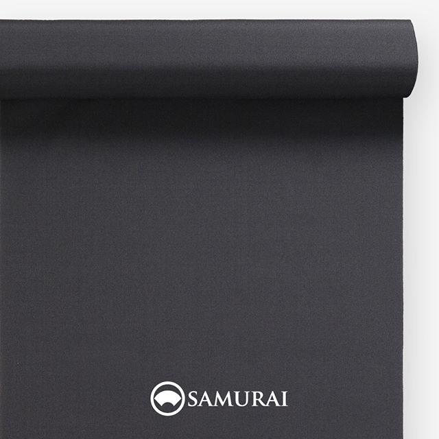 .凜とした墨黒。.SAMURAIの人気アイテム『刀-KATANA-』は、日本の伝統色に糸を染め、30種に織られた反物から好みを選べる男きものセットです。その中から、墨黒の反物(無地)をご紹介します。.墨黒(すみぐろ)文字の通り、黒い墨の色。墨の黒を中心に、紅白をあわせた3色は、日本の美をつくる究極の色ともいわれ、今でも歌舞伎役者さんや芸妓さんのお化粧に美意識の片鱗が見られます。江戸時代、通人(心身ともにお洒落な人)の色とまで異名をとった墨黒。無彩色だからこそ着る人の色彩があざやかに出る、江戸の人々はきっとご存じだったのでしょうね。.---------------------『刀-KATANA-』.日本和装グループの博多織メーカーである、はかた匠工芸が独自開発した「御召 おめし」です。御召は、江戸幕府第11代将軍・徳川家斉が好んで着用した(召した)ところに由来すると言われており、色柄の組み合わせによって、洒落着から略礼装まで幅広いシーンでお召しいただける絹織物です。名前の成り立ちからして、将軍や武士に愛用されたからこそなのですね。.生地はオリジナルの壁縮緬。職人たちが数百通りもの経糸×緯糸の組み合わせを吟味し、ほどよい絹の艶とハリのある、上質な質感を生み出しました。体に合わせてもごわつかず、見る人にもきちんと整った印象を与えます。無地や柄、豊富な反物から好みを選べば、正絹の男きもの一式が、とてもお手頃にオーダーメイドでそろうセット商品です。.「刀-KATANA-」¥185,000(税別)セット内容:きもの+羽織+帯+長襦袢+胴裏+仕立て代※羽織紐は別売りになります。---------------------#samurai #御召 #katana #刀 #男着物 #男きもの #menskimono #着物男子 #きもの男子 #銀座 #東銀座 #歌舞伎 #歌舞伎座 #着物屋 #呉服屋 #呉服店 #男着物専門店 #男きもの専門店 #男きもの着付け教室 #男きもの専門店samurai