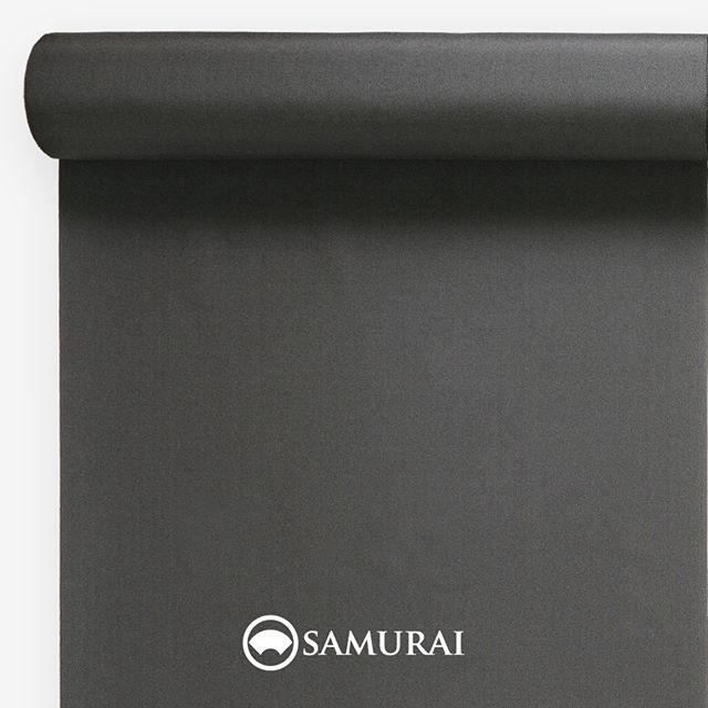 .やわらかな消炭の色。.SAMURAIの人気アイテム『刀-KATANA-』は、日本の伝統色に糸を染め、30種に織られた反物から好みを選べる男きものセットです。その中から、消炭色の反物(無地)をご紹介します。.消炭色(けしずみいろ)火が消え薄い灰をはらった時の、やわらかな炭の色。明治頃から文学に登場するこの色名は、和洋折衷建築の変化で個室が増え火鉢が多用されてよく目にするようになる、温もりを秘めた炭色の美しさ。明治の文豪たちも、火鉢をながめながら原稿の思案にふけったのでしょう。.---------------------『刀-KATANA-』.日本和装グループの博多織メーカーである、はかた匠工芸が独自開発した「御召 おめし」です。御召は、江戸幕府第11代将軍・徳川家斉が好んで着用した(召した)ところに由来すると言われており、色柄の組み合わせによって、洒落着から略礼装まで幅広いシーンでお召しいただける絹織物です。名前の成り立ちからして、将軍や武士に愛用されたからこそなのですね。.生地はオリジナルの壁縮緬。職人たちが数百通りもの経糸×緯糸の組み合わせを吟味し、ほどよい絹の艶とハリのある、上質な質感を生み出しました。体に合わせてもごわつかず、見る人にもきちんと整った印象を与えます。無地や柄、豊富な反物から好みを選べば、正絹の男きもの一式が、とてもお手頃にオーダーメイドでそろうセット商品です。.「刀-KATANA-」¥185,000(税別)セット内容:きもの+羽織+帯+長襦袢+胴裏+仕立て代※羽織紐は別売りになります。---------------------#samurai #御召 #katana #刀 #男着物 #男きもの #menskimono #着物男子 #きもの男子 #銀座 #東銀座 #歌舞伎 #歌舞伎座 #着物屋 #呉服屋 #呉服店 #男着物専門店 #男きもの専門店 #男きもの着付け教室 #男きもの専門店samurai