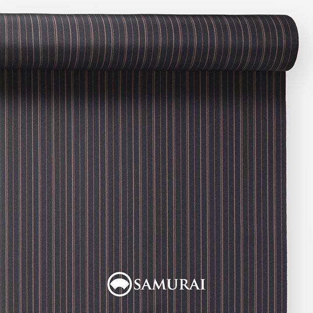 .墨黒の縞。.SAMURAIの人気アイテム『刀-KATANA-』は、日本の伝統色に糸を染め、30種に織られた反物から好みを選べる男きものセットです。その中から、墨黒の反物(縞)をご紹介します。.墨黒(すみぐろ)文字の通り、黒い墨の色。墨の黒を中心に、紅白をあわせた3色は、日本の美をつくる究極の色ともいわれ、今でも歌舞伎役者さんや芸妓さんのお化粧に美意識の片鱗が見られます。江戸時代、通人(心身ともにお洒落な人)の色とまで異名をとった墨黒。無彩色だからこそ着る人の色彩があざやかに出る、江戸の人々はきっとご存じだったのでしょう。縞柄は、凜としたなかにも男性的な優しさを感じる、肌馴染みの良い色を子持ち縞に織り込みました。.---------------------『刀-KATANA-』.日本和装グループの博多織メーカーである、はかた匠工芸が独自開発した「御召 おめし」です。御召は、江戸幕府第11代将軍・徳川家斉が好んで着用した(召した)ところに由来すると言われており、色柄の組み合わせによって、洒落着から略礼装まで幅広いシーンでお召しいただける絹織物です。名前の成り立ちからして、将軍や武士に愛用されたからこそなのですね。.生地はオリジナルの壁縮緬。職人たちが数百通りもの経糸×緯糸の組み合わせを吟味し、ほどよい絹の艶とハリのある、上質な質感を生み出しました。体に合わせてもごわつかず、見る人にもきちんと整った印象を与えます。無地や柄、豊富な反物から好みを選べば、正絹の男きもの一式が、とてもお手頃にオーダーメイドでそろうセット商品です。.「刀-KATANA-」¥185,000(税別)セット内容:きもの+羽織+帯+長襦袢+胴裏+仕立て代※羽織紐は別売りになります。---------------------#samurai #御召 #katana #刀 #男着物 #男きもの #menskimono #着物男子 #きもの男子 #銀座 #東銀座 #歌舞伎 #歌舞伎座 #着物屋 #呉服屋 #呉服店 #男着物専門店 #男きもの専門店 #男きもの着付け教室 #男きもの専門店samurai