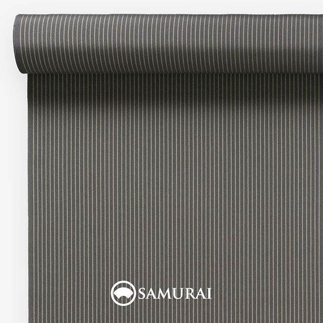 .静かな熱を秘める消炭色。.SAMURAIの人気アイテム『刀-KATANA-』は、日本の伝統色に糸を染め、30種に織られた反物から好みを選べる男きものセットです。その中から、消炭色の反物(縞)をご紹介します。.消炭色(けしずみいろ)火が消え薄い灰をはらった時の、やわらかな炭の色。灰をかけ火鉢のなかでしばし眠る消炭は、新しい空気にふれるとまた燃えだします。静かな熱を秘める消炭の美しさを縞で表現しました。.---------------------『刀-KATANA-』.日本和装グループの博多織メーカーである、はかた匠工芸が独自開発した「御召 おめし」です。御召は、江戸幕府第11代将軍・徳川家斉が好んで着用した(召した)ところに由来すると言われており、色柄の組み合わせによって、洒落着から略礼装まで幅広いシーンでお召しいただける絹織物です。名前の成り立ちからして、将軍や武士に愛用されたからこそなのですね。.生地はオリジナルの壁縮緬。職人たちが数百通りもの経糸×緯糸の組み合わせを吟味し、ほどよい絹の艶とハリのある、上質な質感を生み出しました。体に合わせてもごわつかず、見る人にもきちんと整った印象を与えます。無地や柄、豊富な反物から好みを選べば、正絹の男きもの一式が、とてもお手頃にオーダーメイドでそろうセット商品です。.「刀-KATANA-」¥185,000(税別)セット内容:きもの+羽織+帯+長襦袢+胴裏+仕立て代※羽織紐は別売りになります。---------------------#samurai #御召 #katana #刀 #男着物 #男きもの #menskimono #着物男子 #きもの男子 #銀座 #東銀座 #歌舞伎 #歌舞伎座 #着物屋 #呉服屋 #呉服店 #男着物専門店 #男きもの専門店 #男きもの着付け教室 #男きもの専門店samurai