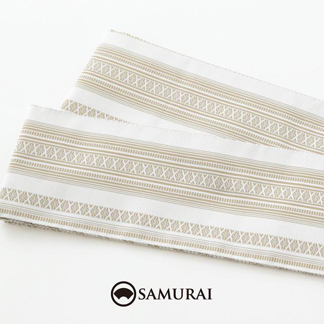 .伝統的な献上柄を爽やかな白にまとめた匠帯。『匠帯』は、SAMURAIのメインプロダクトを担う、はかた匠工芸の角帯です。.『匠帯』は、初めてきものを着る方でも、とても締めやすく「この帯だと、上手く結べるんですよね…なぜだろう(笑)」と、ご購入いただいたお客様に嬉しい感想をいただくこともございます。.とくに、たくさんの絹糸を緻密に織り上げる博多献上は、夏は絹がヒンヤリ、さっぱりとした肌触り、冬は自然な温もりで季節を問わずに締められます。白く爽やかな帯は、夏きものや浴衣にも、とてもよく映えますよ。.人が染め、人が紡ぎ、人が織る。武士の刀を支えた博多帯の技と心をはかた匠工芸の匠たちが現代のSAMURAIたちへ届けます。.「匠帯/博多献上」¥55,000(税別)COLOR:ホワイト素材:絹100%.#samurai #角帯 #博多献上 #博多帯 #はかた匠工芸 #男帯 #着物 #男着物 #きもの #夏きもの #着物男子 #浴衣