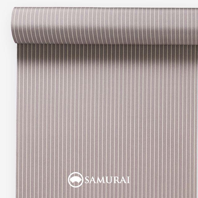.ほどよくシャープな胡桃色。.SAMURAIの人気アイテム『刀-KATANA-』は、日本の伝統色に糸を染め、30種に織られた反物から好みを選べる男きものセットです。その中から、胡桃色の反物(縞柄)をご紹介します。.胡桃色(くるみいろ)クルミで染めたような、赤みと灰みが繊細な黄褐色。古代から日本人の生活にかかせなかったクルミ。食用以外に、樹皮や殻は紙や布の染色にも盛んに使われ、平安の頃には、胡桃色の紙という記述が、源氏物語や枕草子にも登場するそうです。男性の優しい雰囲気を引き立てつつ、シャープなアクセントが出るような縞柄です。.---------------------『刀-KATANA-』.日本和装グループの博多織メーカーである、はかた匠工芸が独自開発した「御召 おめし」です。御召は、江戸幕府第11代将軍・徳川家斉が好んで着用した(召した)ところに由来すると言われており、色柄の組み合わせによって、洒落着から略礼装まで幅広いシーンでお召しいただける絹織物です。名前の成り立ちからして、将軍や武士に愛用されたからこそなのですね。.生地はオリジナルの壁縮緬。職人たちが数百通りもの経糸×緯糸の組み合わせを吟味し、ほどよい絹の艶とハリのある、上質な質感を生み出しました。体に合わせてもごわつかず、見る人にもきちんと整った印象を与えます。無地や柄、豊富な反物から好みを選べば、正絹の男きもの一式が、とてもお手頃にオーダーメイドでそろうセット商品。30種の反物の中から、「羽織はコレきものはコレ、帯はソレにして長襦袢はアレで…」といったように、貴方だけのコーディネートセットを選んでみてください。.「刀-KATANA-」¥185,000(税別)セット内容:きもの+羽織+帯+長襦袢+胴裏+仕立て代※羽織紐は別売りになります。---------------------#samurai #御召 #katana #刀 #男着物 #男きもの #menskimono #着物男子 #きもの男子 #銀座 #東銀座 #歌舞伎 #歌舞伎座 #着物屋 #呉服屋 #呉服店 #男着物専門店 #男きもの専門店 #男きもの着付け教室 #男きもの専門店samurai