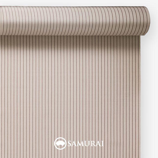 .肌馴染みのよい白茶。.SAMURAIの人気アイテム『刀-KATANA-』は、日本の伝統色に糸を染め、30種に織られた反物から好みを選べる男きものセットです。その中から、白茶の反物(縞柄)をご紹介します。.白茶(しらちゃ)白っぽく、灰みと赤みがほんのりとした薄茶色。.俗にいう『四十八茶百鼠(しじゅうはっちゃひゃくねずみ)』のひとつに数えられる白茶。ドングリやトチの実の染め物から生まれた自然でやわらかな色は、江戸中期頃から文人や茶人に好まれ、明治には女性達の間でも流行しました。茶の縞をいれることで、男性の肌色により馴染みやすく。着る人の精悍さが引き立つように仕上げました。.---------------------『刀-KATANA-』.日本和装グループの博多織メーカーである、はかた匠工芸が独自開発した「御召 おめし」です。御召は、江戸幕府第11代将軍・徳川家斉が好んで着用した(召した)ところに由来すると言われており、色柄の組み合わせによって、洒落着から略礼装まで幅広いシーンでお召しいただける絹織物です。名前の成り立ちからして、将軍や武士に愛用されたからこそなのですね。.生地はオリジナルの壁縮緬。職人たちが数百通りもの経糸×緯糸の組み合わせを吟味し、ほどよい絹の艶とハリのある、上質な質感を生み出しました。体に合わせてもごわつかず、見る人にもきちんと整った印象を与えます。無地や柄、豊富な反物から好みを選べば、正絹の男きもの一式が、とてもお手頃にオーダーメイドでそろうセット商品です。.「刀-KATANA-」¥185,000(税別)セット内容:きもの+羽織+帯+長襦袢+胴裏+仕立て代※羽織紐は別売りになります。---------------------#samurai #御召 #katana #刀 #男着物 #男きもの #menskimono #着物男子 #きもの男子 #銀座 #東銀座 #歌舞伎 #歌舞伎座 #着物屋 #呉服屋 #呉服店 #男着物専門店 #男きもの専門店 #男きもの着付け教室 #男きもの専門店samurai