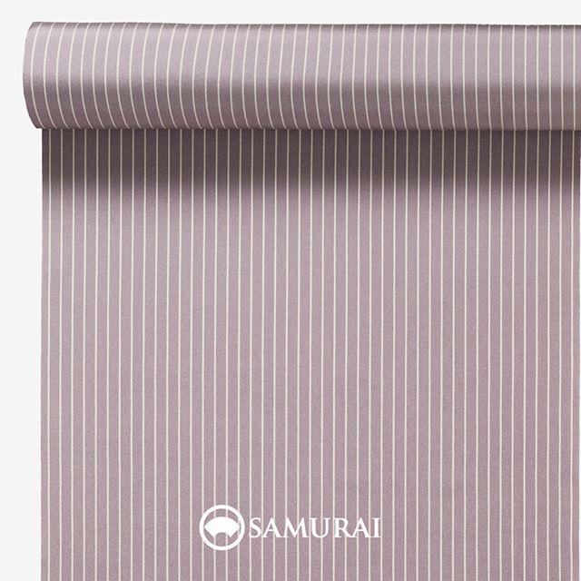 .優しすぎない縞の梅鼠。.SAMURAIの人気アイテム『刀-KATANA-』は、日本の伝統色に糸を染め、30種に織られた反物から好みを選べる男きものセットです。その中から、梅鼠の反物(縞柄)をご紹介します。.梅鼠(うめねず)紅い梅の花がまざったような鼠色。.『○○鼠』という色は、俗に『四十八茶百鼠(しじゅうはっちゃひゃくねずみ)』ともいわれ、茶色は48色、鼠色にいたっては100色以上あったそうで、江戸後期には特に男性の間で大流行しました。当時人気の歌舞伎役者は、自分の名前がついた茶や鼠色を持っていたほど。そんな『四十八茶百鼠』のなかから、色合いも音響きも優しい梅鼠を少しキリッと縞柄にしました。.---------------------『刀-KATANA-』.日本和装グループの博多織メーカーである、はかた匠工芸が独自開発した「御召 おめし」です。御召は、江戸幕府第11代将軍・徳川家斉が好んで着用した(召した)ところに由来すると言われており、色柄の組み合わせによって、洒落着から略礼装まで幅広いシーンでお召しいただける絹織物です。名前の成り立ちからして、将軍や武士に愛用されたからこそなのですね。.生地はオリジナルの壁縮緬。職人たちが数百通りもの経糸×緯糸の組み合わせを吟味し、ほどよい絹の艶とハリのある、上質な質感を生み出しました。体に合わせてもごわつかず、見る人にもきちんと整った印象を与えます。無地や柄、豊富な反物から好みを選べば、正絹の男きもの一式が、とてもお手頃にオーダーメイドでそろうセット商品です。.「刀-KATANA-」¥185,000(税別)セット内容:きもの+羽織+帯+長襦袢+胴裏+仕立て代※羽織紐は別売りになります。---------------------#samurai #御召 #katana #刀 #男着物 #男きもの #menskimono #着物男子 #きもの男子 #銀座 #東銀座 #歌舞伎 #歌舞伎座 #着物屋 #呉服屋 #呉服店 #男着物専門店 #男きもの専門店 #男きもの着付け教室 #男きもの専門店samurai