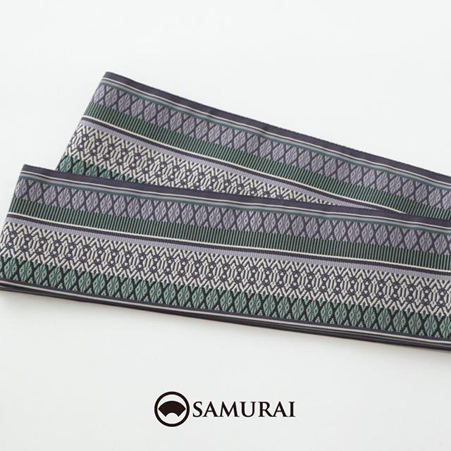 .伝統的な献上柄を色鮮やかに織り上げた匠帯。『匠帯』は、SAMURAIのメインプロダクトを担う、はかた匠工芸製・SAMURAIオリジナルの角帯です。.『匠帯』の中でも人気の博多献上は、たくさんの絹糸を緻密に織り上げるので、夏は絹のヒンヤリとした肌触り。上質な絹糸を職人が染めて、丹精込めて織り上げるので少しお高いですが、1本あれば1年中、カジュアルにもフォーマルにも大活躍します。ほどよいハリがあるので、夏きものや浴衣に締めれば、ピシッと腰が決まりますよ。.人が染め、人が紡ぎ、人が織る。武士の刀を支えた博多帯の技と心をはかた匠工芸の匠たちが現代のSAMURAIたちへ届けます。.「匠帯/博多献上」¥65,000(税別)COLOR:ブルーグリーン素材:絹100%.#samurai #角帯 #博多献上 #博多帯 #はかた匠工芸 #男帯 #着物 #男着物 #きもの #夏きもの #着物男子 #浴衣