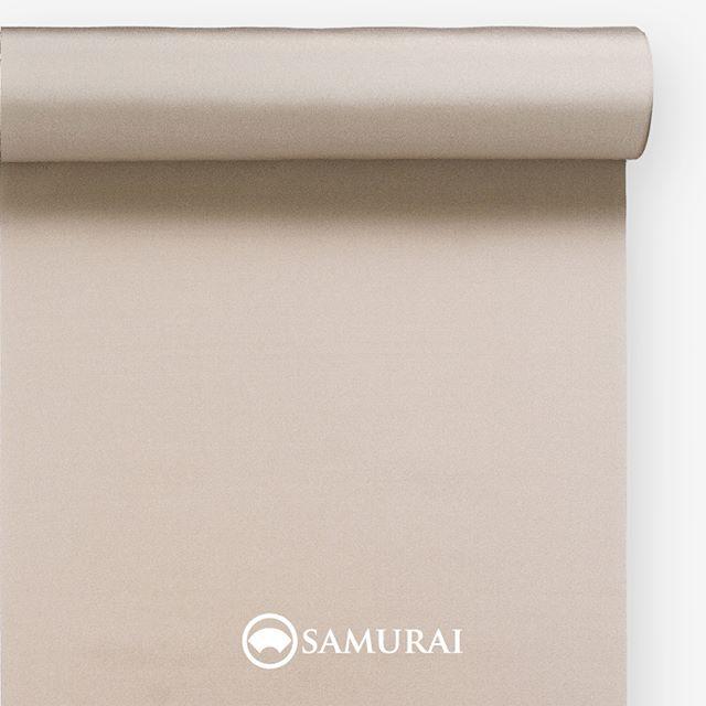 .知的な男らしさの白茶。.SAMURAIの人気アイテム『刀-KATANA-』は、日本の伝統色に糸を染め、30種に織られた反物から好みを選べる男きものセットです。その中から、白茶の反物(無地)をご紹介します。.白茶(しらちゃ)白っぽく、灰みと赤みがほんのりとした薄茶色。.俗にいう『四十八茶百鼠(しじゅうはっちゃひゃくねずみ)』のひとつに数えられる白茶。ドングリやトチの実の染め物から生まれた自然でやわらかな色は、江戸中期頃から文人や茶人に好まれ、明治には女性達の間でも流行しました。男性らしさを知的に柔らかく、こなれたスタイリングにみせてくれる時代を越えた流行色です。.---------------------『刀-KATANA-』.日本和装グループの博多織メーカーである、はかた匠工芸が独自開発した「御召 おめし」です。御召は、江戸幕府第11代将軍・徳川家斉が好んで着用した(召した)ところに由来すると言われており、色柄の組み合わせによって、洒落着から略礼装まで幅広いシーンでお召しいただける絹織物です。名前の成り立ちからして、将軍や武士に愛用されたからこそなのですね。.生地はオリジナルの壁縮緬。職人たちが数百通りもの経糸×緯糸の組み合わせを吟味し、ほどよい絹の艶とハリのある、上質な質感を生み出しました。体に合わせてもごわつかず、見る人にもきちんと整った印象を与えます。無地や柄、豊富な反物から好みを選べば、正絹の男きもの一式が、とてもお手頃にオーダーメイドでそろうセット商品です。.「刀-KATANA-」¥185,000(税別)セット内容:きもの+羽織+帯+長襦袢+胴裏+仕立て代※羽織紐は別売りになります。---------------------#samurai #御召 #katana #刀 #男着物 #男きもの #menskimono #着物男子 #きもの男子 #銀座 #東銀座 #歌舞伎 #歌舞伎座 #着物屋 #呉服屋 #呉服店 #男着物専門店 #男きもの専門店 #男きもの着付け教室 #男きもの専門店samurai