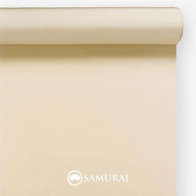 .侍と縁のある丁子。.SAMURAIの人気アイテム『刀-KATANA-』は、日本の伝統色に糸を染め、30種に織られた反物から好みを選べる男きものセットです。その中から、丁子色の反物(無地)をご紹介します。.丁子色(ちょうじいろ)シチューなどに使う香辛料としても知られるクローブ。和名を丁子と呼びます。丁子色はその丁子の煮汁で染めたような、少し赤みのある薄黄色。.丁子は平安の頃から、その香りが邪気を払うとして染め物や匂い香、生薬として使われてきました。武士の時代になると、丁子油として髪を結うための鬢付け油や、刀や兜の手入れにも使われたそうです。我が身を守り、清めるものとして侍と丁子は縁があったのですね。.時代は変わっても、志だけはあやかって気持ちをすっと正したくなるような、丁子色のきもの。というのも趣がありますね。.---------------------『刀-KATANA-』.日本和装グループの博多織メーカーである、はかた匠工芸が独自開発した「御召 おめし」です。御召は、江戸幕府第11代将軍・徳川家斉が好んで着用した(召した)ところに由来すると言われており、色柄の組み合わせによって、洒落着から略礼装まで幅広いシーンでお召しいただける絹織物です。名前の成り立ちからして、将軍や武士に愛用されたからこそなのですね。.生地はオリジナルの壁縮緬。職人たちが数百通りもの経糸×緯糸の組み合わせを吟味し、ほどよい絹の艶とハリのある、上質な質感を生み出しました。体に合わせてもごわつかず、見る人にもきちんと整った印象を与えます。無地や柄、豊富な反物から好みを選べば、正絹の男きもの一式が、とてもお手頃にオーダーメイドでそろうセット商品です。.「刀-KATANA-」¥185,000(税別) セット内容:きもの+羽織+帯+長襦袢+胴裏+仕立て代※羽織紐は別売りになります。---------------------#samurai #御召 #katana #刀 #男着物 #男きもの #menskimono #着物男子 #きもの男子 #銀座 #東銀座 #歌舞伎 #歌舞伎座 #着物屋 #呉服屋 #呉服店 #男着物専門店 #男きもの専門店 #男きもの着付け教室 #男きもの専門店samurai