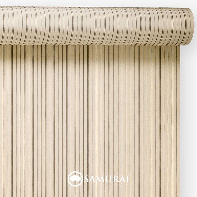 .侍と縁のある丁子。.SAMURAIの人気アイテム『刀-KATANA-』は、日本の伝統色に糸を染め、30種に織られた反物から好みを選べる男きものセットです。その中から、丁子色の反物(縞柄)をご紹介します。.丁子色(ちょうじいろ)香辛料として知られるクローブは、和名を丁子と呼びます。丁子色はその丁子の煮汁で染めたような、少し赤みのある薄黄色。.丁子は平安の頃から、その香りが邪気を払うとして染め物や匂い香、生薬として使われてきました。武士の時代になると、丁子油として刀や兜の手入れや、男女ともに髪を結うための鬢付け油に使われたそうです。我が身を守り、清めるものとして侍と丁子は縁があったのですね。.ダークカラーのスーツに慣れ親しんでいる方にも、明るめの丁子色をより着やすいように。落ち着いた子持ち縞の縞柄に仕上げました。.---------------------『刀-KATANA-』.日本和装グループの博多織メーカーである、はかた匠工芸が独自開発した「御召 おめし」です。御召は、江戸幕府第11代将軍・徳川家斉が好んで着用した(召した)ところに由来すると言われており、色柄の組み合わせによって、洒落着から略礼装まで幅広いシーンでお召しいただける絹織物です。名前の成り立ちからして、将軍や武士に愛用されたからこそなのですね。.生地はオリジナルの壁縮緬。職人たちが数百通りもの経糸×緯糸の組み合わせを吟味し、ほどよい絹の艶とハリのある、上質な質感を生み出しました。体に合わせてもごわつかず、見る人にもきちんと整った印象を与えます。無地や柄、豊富な反物から好みを選べば、正絹の男きもの一式が、とてもお手頃にオーダーメイドでそろうセット商品です。.「刀-KATANA-」¥185,000(税別) セット内容:きもの+羽織+帯+長襦袢+胴裏+仕立て代※羽織紐は別売りになります。---------------------#samurai #御召 #katana #刀 #男着物 #男きもの #menskimono #着物男子 #きもの男子 #銀座 #東銀座 #歌舞伎 #歌舞伎座 #着物屋 #呉服屋 #呉服店 #男着物専門店 #男きもの専門店 #男きもの着付け教室 #男きもの専門店samurai