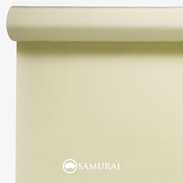 .生命力のある若芽色。.SAMURAIの人気アイテム『刀-KATANA-』は、日本の伝統色に糸を染め、30種に織られた反物から好みを選べる男きものセットです。その中から、若芽色の反物(無地)をご紹介します。.若芽色(わかめいろ)早春の山々がまだ茶色く沈む中でも春を感じて芽を出す若芽。黄色に近いごく淡い緑色です。.生きる強さを象徴する若芽色は、文字の通り、若々しく、早く芽が出て、健勝に。という願いを込めた色です。スーツに慣れた男性には、なかなか選びづらいと思われますが、スーツでは選びづらい色を楽しめるのも、男きものの醍醐味です。草木の自然から生まれた色は、人の肌色によく馴染んで、気持ちを豊かにしてくれる…そんな若芽色を御召にしました。.---------------------『刀-KATANA-』.日本和装グループの博多織メーカーである、はかた匠工芸が独自開発した「御召 おめし」です。御召は、江戸幕府第11代将軍・徳川家斉が好んで着用した(召した)ところに由来すると言われており、色柄の組み合わせによって、洒落着から略礼装まで幅広いシーンでお召しいただける絹織物です。名前の成り立ちからして、将軍や武士に愛用されたからこそなのですね。.生地はオリジナルの壁縮緬。職人たちが数百通りもの経糸×緯糸の組み合わせを吟味し、ほどよい絹の艶とハリのある、上質な質感を生み出しました。体に合わせてもごわつかず、見る人にもきちんと整った印象を与えます。無地や柄、豊富な反物から好みを選べば、正絹の男きもの一式が、とてもお手頃にオーダーメイドでそろうセット商品です。.「刀-KATANA-」¥185,000(税別) セット内容:きもの+羽織+帯+長襦袢+胴裏+仕立て代※羽織紐は別売りになります。---------------------#samurai #御召 #katana #刀 #男着物 #男きもの #menskimono #着物男子 #きもの男子 #銀座 #東銀座 #歌舞伎 #歌舞伎座#着物屋 #呉服屋 #呉服店 #男着物専門店 #男きもの専門店 #男きもの着付け教室 #男きもの専門店samurai