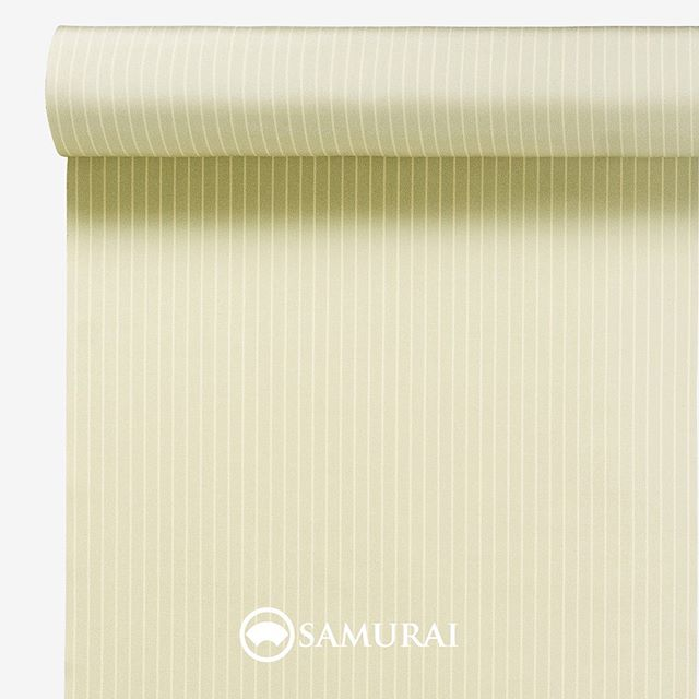 .生命力のある若芽色。.SAMURAIの人気アイテム『刀-KATANA-』は、日本の伝統色に糸を染め、30種に織られた反物から好みを選べる男きものセットです。その中から、若芽色の反物(縞柄)をご紹介します。.若芽色(わかめいろ)早春の山々がまだ茶色く眠る中でも春を感じて芽を出す若芽。黄色に近いごく淡い緑色です。.生きる強さを象徴する若芽色は、文字の通り、若々しく、早く芽が出て、健勝に。という願いを込めた色。縞柄はほんのりワントーン明るくなるので、白を活かしたコーディネートにも爽やかに馴染みます。初秋の頃、真夏に焼けた肌色にもよく似合う色です。.---------------------『刀-KATANA-』.日本和装グループの博多織メーカーである、はかた匠工芸が独自開発した「御召 おめし」です。御召は、江戸幕府第11代将軍・徳川家斉が好んで着用した(召した)ところに由来すると言われており、色柄の組み合わせによって、洒落着から略礼装まで幅広いシーンでお召しいただける絹織物です。名前の成り立ちからして、将軍や武士に愛用されたからこそなのですね。.生地はオリジナルの壁縮緬。職人たちが数百通りもの経糸×緯糸の組み合わせを吟味し、ほどよい絹の艶とハリのある、上質な質感を生み出しました。体に合わせてもごわつかず、見る人にもきちんと整った印象を与えます。無地や柄、豊富な反物から好みを選べば、正絹の男きもの一式が、とてもお手頃にオーダーメイドでそろうセット商品です。.「刀-KATANA-」¥185,000(税別) セット内容:きもの+羽織+帯+長襦袢+胴裏+仕立て代※羽織紐は別売りになります。---------------------#samurai #御召 #katana #刀 #男着物 #男きもの #menskimono #着物男子 #きもの男子 #銀座 #東銀座 #歌舞伎 #歌舞伎座#着物屋 #呉服屋 #呉服店 #男着物専門店 #男きもの専門店 #男きもの着付け教室 #男きもの専門店samurai