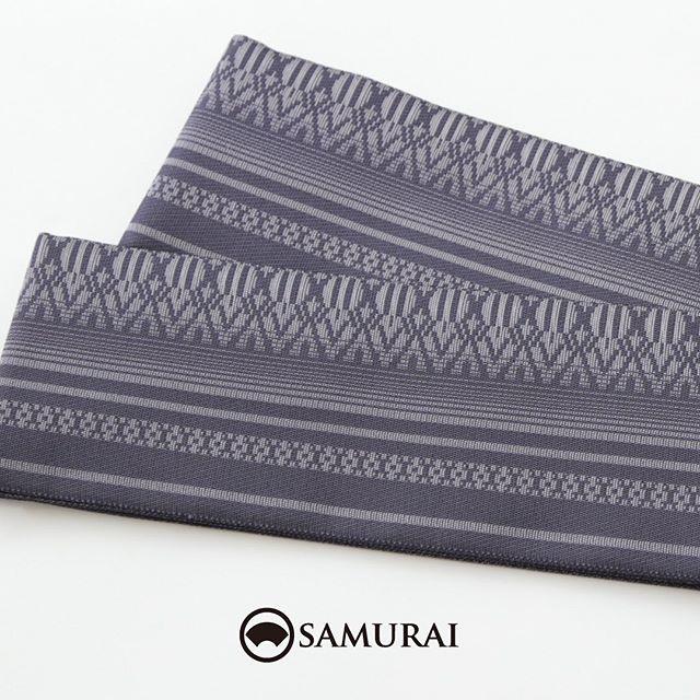 .夏きものにも浴衣にも合わせやすい、爽やかな『匠帯』をご紹介します。.『匠帯』はSAMURAIのメインプロダクトを担う、はかた匠工芸の職人さんがつくりあげた、SAMURAIオリジナルの角帯シリーズです。.なかでもこちらの博多帯は、暑い季節にしめても苦しくないよう、職人が織り方を工夫してさらさらのさわり心地に仕上げました。ほどよいハリがあるので、普段きものを着慣れない方でも締めやすく、ワントーンカラーで主張しすぎないので、どんなきものや浴衣にも合わせやすい帯です。.人が染め、人が紡ぎ、人が織る。武士の刀を支えた博多帯の技と心をはかた匠工芸の匠たちが現代のSAMURAIたちへ届けます。.「匠帯/博多献上」¥45,000(税別)COLOR:ブルーグレー素材:絹100%.ただいまSAMURAI銀座本店では、洋服でもOKな無料の帯結びレッスンを行ってます。浴衣にも夏きものにも使える帯結びですので、ぜひお気軽にお立ち寄りください。.#samurai #角帯 #博多献上 #博多帯 #はかた匠工芸 #男帯 #着物 #男着物 #きもの #夏きもの #着物男子 #浴衣男子 #浴衣