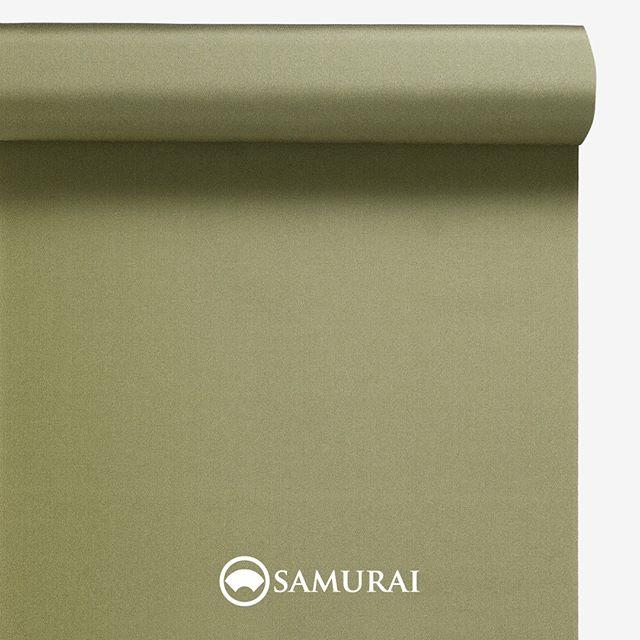 .生命力のある松葉色。.SAMURAIの人気アイテム『刀-KATANA-』は、日本の伝統色に糸を染め、30種に織られた反物から好みを選べる男きものセットです。その中から、松葉色の反物(無地)をご紹介します。.松葉色(まつばいろ)松の葉のような、渋みのある緑色。.1年を通じて、深い緑色の葉をつける松。神の宿る木、永遠不滅の象徴として松葉色は、たいへん縁起の良い色とされました。平安の頃には、清々しさと生命力を願って男性の狩衣や女性の十二単の重ね色にも使われ古くから人々に愛された色です。.---------------------『刀-KATANA-』.日本和装グループの博多織メーカーである、はかた匠工芸が独自開発した「御召 おめし」です。御召は、江戸幕府第11代将軍・徳川家斉が好んで着用した(召した)ところに由来すると言われており、色柄の組み合わせによって、洒落着から略礼装まで幅広いシーンでお召しいただける絹織物です。名前の成り立ちからして、将軍や武士に愛用されたからこそなのですね。.生地はオリジナルの壁縮緬。職人たちが数百通りもの経糸×緯糸の組み合わせを吟味し、ほどよい絹の艶とハリのある、上質な質感を生み出しました。体に合わせてもごわつかず、見る人にもきちんと整った印象を与えます。無地や柄、豊富な反物から好みを選べば、正絹の男きもの一式が、とてもお手頃にオーダーメイドでそろうセット商品です。.「刀-KATANA-」¥185,000(税別) セット内容:きもの+羽織+帯+長襦袢+胴裏+仕立て代※羽織紐は別売りになります。---------------------#samurai #御召 #katana #刀 #男着物 #男きもの #menskimono #着物男子 #きもの男子 #銀座 #東銀座 #歌舞伎 #歌舞伎座#着物屋 #呉服屋 #呉服店 #男着物専門店 #男きもの専門店 #男きもの着付け教室 #男きもの専門店samurai銀座本店
