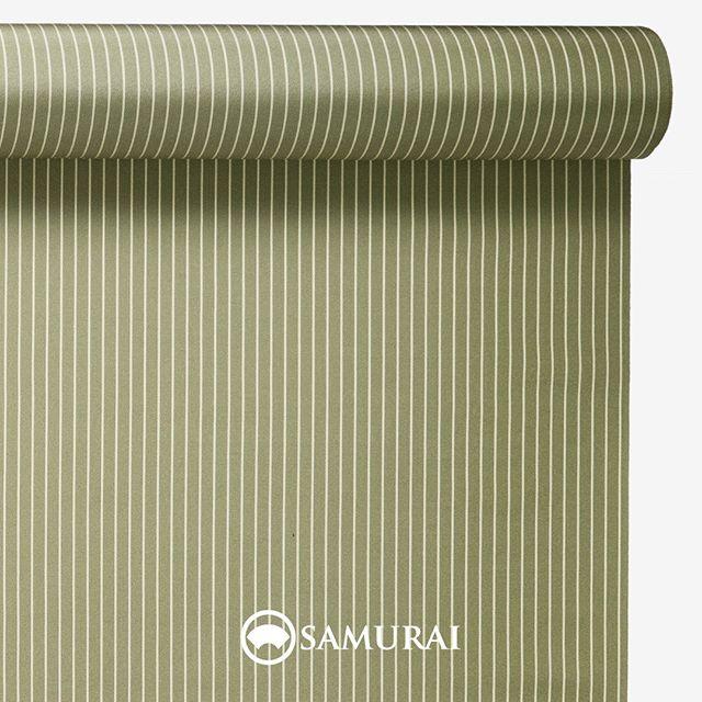 .常緑の清々しい松葉色。.SAMURAIの人気アイテム『刀-KATANA-』は、日本の伝統色に糸を染め、30種に織られた反物から好みを選べる男きものセットです。その中から、松葉色の反物(縞柄)をご紹介します。.松葉色(まつばいろ)松の葉のような、渋みのある緑色。.松といえば、おめでたい松竹梅の筆頭、冬でも葉が落ちる事無く、葉は鋭く天に向かって立つように生えます。その松葉に寄せた松葉色は、古くからたいへん縁起の良い色とされました。松葉を思わせるようなシャープな縞柄で、縁起を担いではいかがでしょう。.---------------------『刀-KATANA-』.日本和装グループの博多織メーカーである、はかた匠工芸が独自開発した「御召 おめし」です。御召は、江戸幕府第11代将軍・徳川家斉が好んで着用した(召した)ところに由来すると言われており、色柄の組み合わせによって、洒落着から略礼装まで幅広いシーンでお召しいただける絹織物です。名前の成り立ちからして、将軍や武士に愛用されたからこそなのですね。.生地はオリジナルの壁縮緬。職人たちが数百通りもの経糸×緯糸の組み合わせを吟味し、ほどよい絹の艶とハリのある、上質な質感を生み出しました。体に合わせてもごわつかず、見る人にもきちんと整った印象を与えます。無地や柄、豊富な反物から好みを選べば、正絹の男きもの一式が、とてもお手頃にオーダーメイドでそろうセット商品です。.「刀-KATANA-」¥185,000(税別) セット内容:きもの+羽織+帯+長襦袢+胴裏+仕立て代※羽織紐は別売りになります。---------------------#samurai #御召 #katana #刀 #男着物 #男きもの #menskimono #着物男子 #きもの男子 #銀座 #東銀座 #歌舞伎 #歌舞伎座#着物屋 #呉服屋 #呉服店 #男着物専門店 #男きもの専門店 #男きもの着付け