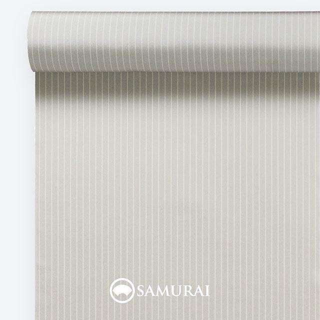 .シャープで柔らかな白鼠。.SAMURAIの人気アイテム『刀-KATANA-』は、日本の伝統色に糸を染め、30種に織られた反物から好みを選べる男きものセットです。その中から、白鼠の反物(縞柄)をご紹介します。.白鼠(しろねず)白銀のように清々しい明るい鼠色。.俗にいう『四十八茶百鼠(しじゅうはっちゃひゃくねずみ)』にも数えられる白鼠。『銀鼠』色よりも白く、反物にすると絹の艶がのって白銀のようにほんのりと輝きます。自分はゴールドより、シルバーカラーの腕時計が似合うかなという男性にはぴったり。ワントーン明るめに入れた縞が、柔らかいのに精悍という絶妙な印象を演出してくれます。.---------------------『刀-KATANA-』.日本和装グループの博多織メーカーである、はかた匠工芸が独自開発した「御召 おめし」です。御召は、江戸幕府第11代将軍・徳川家斉が好んで着用した(召した)ところに由来すると言われており、色柄の組み合わせによって、洒落着から略礼装まで幅広いシーンでお召しいただける絹織物です。名前の成り立ちからして、将軍や武士に愛用されたからこそなのですね。.生地はオリジナルの壁縮緬。職人たちが数百通りもの経糸×緯糸の組み合わせを吟味し、ほどよい絹の艶とハリのある、上質な質感を生み出しました。体に合わせてもごわつかず、見る人にもきちんと整った印象を与えます。無地や柄、豊富な反物から好みを選べば、正絹の男きもの一式が、とてもお手頃にオーダーメイドでそろうセット商品です。.「刀-KATANA-」¥185,000(税別) セット内容:きもの+羽織+帯+長襦袢+胴裏+仕立て代※羽織紐は別売りになります。---------------------#samurai #御召 #katana #刀 #男着物 #男きもの #menskimono #着物男子 #きもの男子 #銀座 #東銀座 #歌舞伎 #歌舞伎座 #男着物専門店 #男きもの専門店 #男きもの着付け教室 #はかた匠工芸