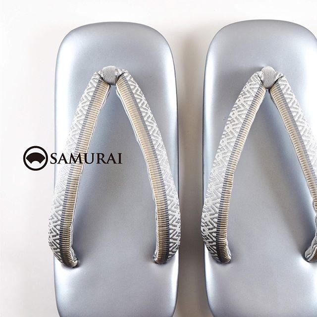 .博多帯の生地を贅沢に鼻緒に使った草履。SAMURAIのメインプロダクトを担う博多織メーカー『はかた匠工芸』で人気の献上柄を鼻緒にしました。.鼻緒の柄と合わせて帯を博多献上にしてみたり、色を合わせてクリームカラーの明るいきものにしてみたり、フォーマルにもカジュアルにも使えて、コーディネートが楽しくなる草履です。.こちらの商品は、オンラインショップでもご購入いただけます。サイズが限られていますが、店頭では試し履きもできます。よろしければ、東銀座・歌舞伎座前のSAMURAI銀座本店にお立ち寄りください。衛生管理にも充分に配慮しながらお待ちしております。.草履「献上柄の草履」¥38,500(税込)素材:台座_本皮/鼻緒_博多織(絹100%)COLOR:台座_薄グレー/鼻緒_ホワイト系サイズ:L(足の推奨サイズ:25.5cm~27.5cm)※メーカーによりM、Lサイズの表記であっても推奨サイズが違いますのでご了承ください。---------------------------------------------男きもの専門店SAMURAIオンラインショップhttps://www.hakataobi.jp---------------------------------------------男きもの専門店SAMURAI websitehttps://kimonoman.jp---------------------------------------------#samurai #草履 #博多献上 #博多帯 #はかた匠工芸 #onlineshop #着物通販 #和小物  #男着物 #男きもの #menskimono #着物男子 #きもの男子 #銀座 #東銀座 #歌舞伎 #歌舞伎座 #男着物専門店 #男きもの専門店samrai