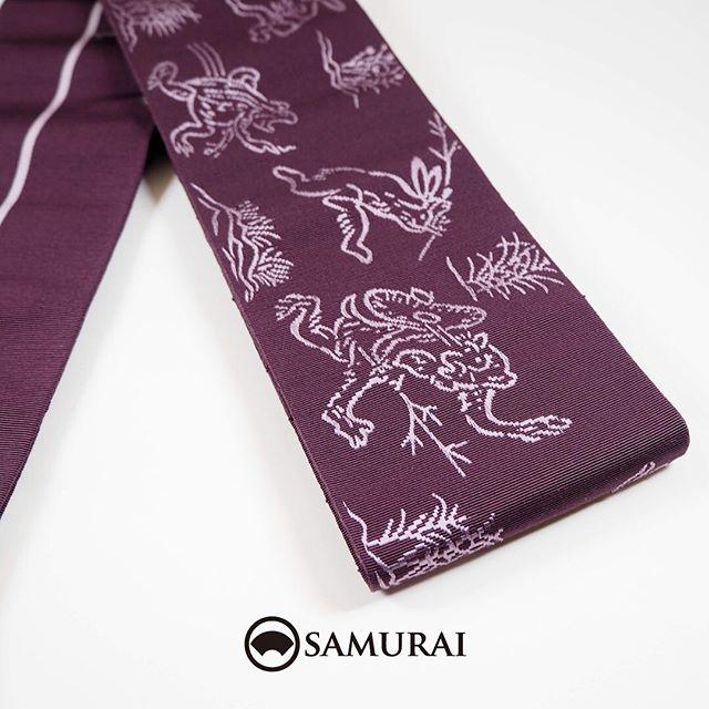 .鳥獣戯画の角帯。少しずつ暖かくなってきたら、陽気な帯でもどうでしょう。日本最古の漫画ともいわれる鳥獣戯画。コミカルで風刺がきいていて、でも憎めない人間くさい可愛さのあるウサギ・カエル・サルたち。甲巻のモチーフを織り込みました。織りは博多織なので、しなやかですがキュキュッと締めやすい帯です。.こちらの商品は、オンラインショップでもご購入いただけます。.角帯「博多織/鳥獣戯画」¥19,800(税込)素材:絹100%COLOR:紫---------------------------------------------男きもの専門店SAMURAIオンラインショップhttps://www.hakataobi.jp---------------------------------------------男きもの専門店SAMURAI websitehttps://kimonoman.jp---------------------------------------------#samurai #角帯 #鳥獣戯画 #博多帯 #onlineshop #着物通販 #和小物  #男着物 #男きもの #menskimono #着物男子 #きもの男子 #銀座 #東銀座 #歌舞伎 #歌舞伎座 #男着物専門店 #男きもの専門店samrai