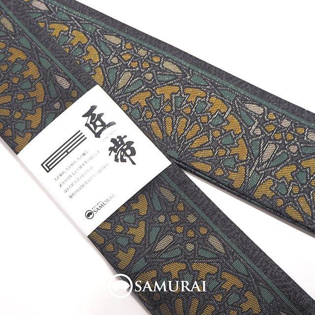 """.""""アスター""""の花の帯。蝦夷菊とも薩摩菊ともいわれるアスターをモチーフに男性が締めてこそ映える花柄に仕立てました。.絹糸の手触りがレースのように繊細なこの博多帯は、当店オリジナルの『匠帯』。SAMURAIのメインプロダクトを担うはかた匠工芸の熟練の職人たちが糸染めから丁寧につくっています。.こちらの商品は、オンラインショップでもご購入いただけます。.角帯「匠帯/アスター柄」¥60,500(税込)素材:絹100%COLOR:黒×グリーン×イエロー---------------------------------------------男きもの専門店SAMURAIオンラインショップhttps://www.hakataobi.jp---------------------------------------------男きもの専門店SAMURAI websitehttps://kimonoman.jp---------------------------------------------#samurai #角帯 #アスター #博多織 #博多帯 #onlineshop #着物通販 #和小物 #男着物 #男きもの #menskimono #着物男子 #きもの男子 #銀座 #東銀座 #歌舞伎座 #男着物専門店 #男きもの専門店samrai #はかた匠工芸"""