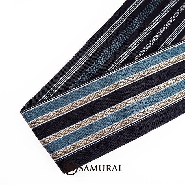.蒼い唐草の博多帯。唐草と献上柄を組み合わせて黒地に蒼く輝く絹が凜々しい帯になりました。.張りがあるのに、しなやか。スルスルッ、キュッと締めやすいのに、とけにくい。繊細で丈夫。矛盾をはらんだような表現がしっくりとくる博多帯は、かつては多くの侍が締める帯でした。770年以上受け継がれてきた博多織の技がこの相反する特徴を生み出し、重い鋼の刀を支える要であったそうです。.そう言われてみれば、昭和の頃の時代劇桃太郎侍や暴れん坊将軍などなど。思い返してみると、みんなお侍さんは締めていませんでしたか?白や紺の地に献上柄の博多帯。.魔除けと繁栄を意味する伝統柄が1周どころじゃない、何周もまわって新しい今の博多帯です。.こちらの商品は、オンラインショップでもご購入いただけます。.角帯「博多織/唐草模様」¥19,800(税込)素材:絹100%COLOR:黒(青系)---------------------------------------------男きもの専門店SAMURAIオンラインショップhttps://www.hakataobi.jp---------------------------------------------男きもの専門店SAMURAI websitehttps://kimonoman.jp---------------------------------------------#samurai #角帯 #博多献上 #博多織 #博多帯 #onlineshop #着物通販 #和小物 #男着物 #男きもの #menskimono #着物男子 #きもの男子 #銀座 #東銀座 #歌舞伎座 #男着物専門店 #男きもの専門店samrai